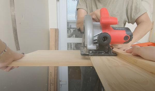 Thực hiện thao tác cắt gỗ